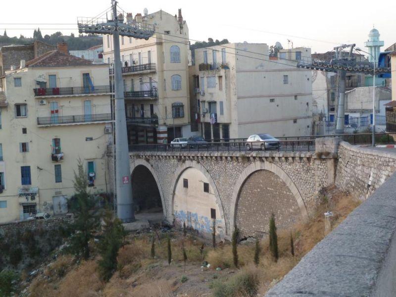http://lesjuifsdeconstantine.com/images/les_rues_de_constantine/Rue_Thiers/resizedimages/photo%20du%20petit%20pont%20de%20la%20rue%20Thiers.jpg